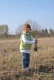 Standplatz des kleinen Mädchens auf dem Feld Lizenzfreie Stockfotos