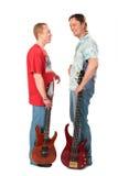 Standplatz mit zwei jungen Männern mit Gitarren Stockfotos