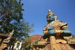 Standplatz mit zwei riesiger Wächtern vor siamesischem Tempel Lizenzfreies Stockfoto