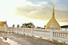 Standpunkt am Abend mit großer Lotusformstatue Stockfoto