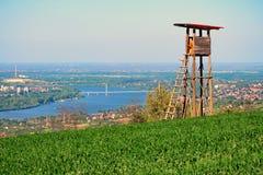 Standpunkt auf dem Hügel mit Fluss und Stadt im Hintergrund lizenzfreie stockbilder