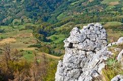 Standpunkt auf einer Landschaft des Bergs Bobija, der Felsen, der Hügel, der Wiesen und der colorfull Wälder Lizenzfreie Stockfotos