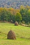 Standpunkt auf einer Landschaft des Bergs Bobija, der Hügel, der Heuschober, der Wiesen und der bunten Bäume Stockfotografie