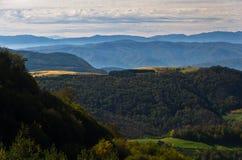 Standpunkt auf einer Landschaft des Bergs Bobija, der Hügel, der Wiesen und der bunten Wälder Lizenzfreie Stockfotografie