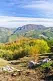 Standpunkt auf einer Landschaft des Bergs Bobija, der Spitzen, der Hügel, der Felsen, der Wiesen und der bunten Wälder Stockfotografie