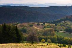 Standpunkt auf einer Landschaft des Bergs Bobija, der Spitzen, der Hügel, der Wiesen und der bunten Wälder Lizenzfreies Stockbild