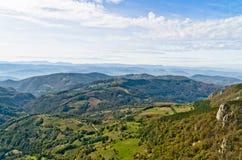 Standpunkt auf einer Landschaft des Bergs Bobija, der Spitzen, der Hügel, der Wiesen und der grünen Wälder Lizenzfreie Stockfotos
