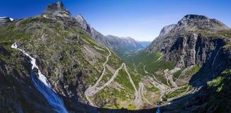 Standpunkt auf Gebirgs-Straße Geiranger Trollstigen in Süd-Norwegen Stockfoto