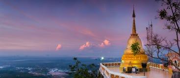 Standpunkt Buddha in Wat Tham Seua (Tiger Cave), Krabi, Thailand Lizenzfreie Stockbilder