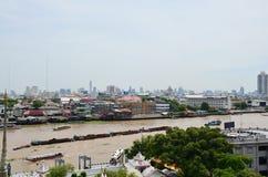 Standpunkt Chao Phraya River von Prang von Wat Arun-ratchawararam Stockfotos