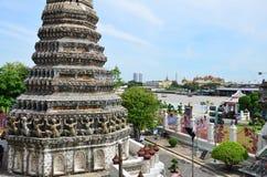 Standpunkt Chao Phraya River von Prang von Wat Arun-ratchawararam Stockbild