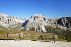 Standpunkt mit Bänke in den Dolomiten Stockfotos