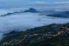 Standpunkt, Nebel, Berg, durchtränken und kurvenreiche Straße zu Phu Thap Boek Stockfotos