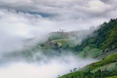 Standpunkt, Nebel, Berg, durchtränken und kurvenreiche Straße zu Phu Thap Boek lizenzfreies stockfoto