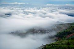 Standpunkt, Nebel, Berg, durchtränken und kurvenreiche Straße zu Phu Thap Boek stockbild