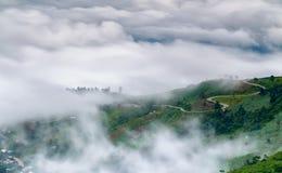 Standpunkt, Nebel, Berg, durchtränken und kurvenreiche Straße zu Phu Thap Boek stockbilder