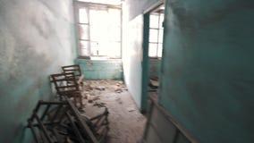 Standpunt die in gangen van de abandonetbouw weglopen, het verbergen stock footage