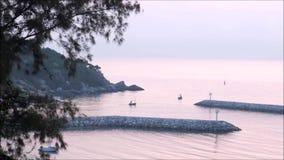 Standpunt twee boot die op het overzees kruisen stock footage