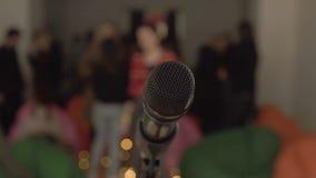 Standpunt van een zanger die aan microfoon vóór een levend publiek na partij opvoeren stock videobeelden