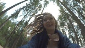 Standpunt van het opgewekte tienervrouw weglopen en het gillen het spelen in bergbos - stock video