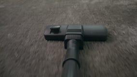 Standpunt van het Tapijt dat van Stofzuigerhoovering wordt geschoten stock footage