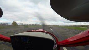 Standpunt van kapitein controlerend opleidingsvliegtuig die, luchtvaartschool van start gaan stock footage
