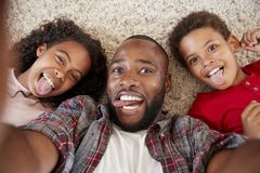 Standpunt van Vader And Children Posing voor Selfie wordt geschoten die stock foto