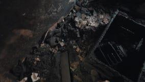 Standpuntmens het onderzoeken brandwond uit ruimte de binnen verlaten bouw stock video