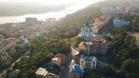 StAndrew-` s Kirche und Andriyivskyy-Abfall von der Antenne über Ansicht Kiew Ukraine Weiche Sonnenaufganghintergrundbeleuchtung  stock video footage