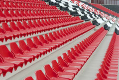 Stands de rouge et blancs et noirs de stade Photos stock