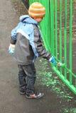 stands för green för staket för pojkefärgfärg arkivfoto
