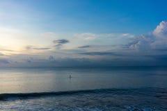 Standup peddel op blauw oceaanwater, enige persoons iconische mening stock foto