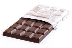 Stange der dunklen Schokolade in der Folie stockfoto
