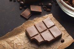 Stange der Milchschokolade auf zerknittertem Handwerk pape Lizenzfreie Stockfotografie