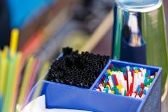 Stange im Freien Bestandteile für die Herstellung von alkoholischen Sommercocktail- und -Barwerkzeugen, Getränkhintergrund lizenzfreies stockbild