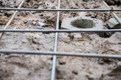 Stange im Loch aus den Grund mit Stahlkonstruktion Lizenzfreies Stockbild