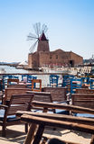 Stange mit Ansicht von Mozia-Salzebenen und von alten Windmühle in der Marsala Lizenzfreie Stockfotos