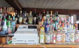 Stange mit Registrierkasse und Flaschen in Key West Florida Lizenzfreies Stockbild
