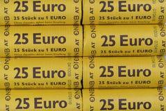 Stange, Montenegro - 26. September 2017: fünfundzwanzig Eurostöcke von ein-Euro-Münzen Stockbild