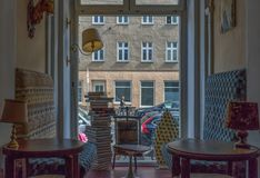 Stange und Cafés in der alten Stadt Berlin lizenzfreies stockfoto