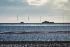 Stangen auf der Nordsee fahren auf die Insel Amrum die Küste entlang Lizenzfreie Stockfotos