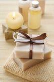 Stangen der handgemachten Seife, der duftenden Kerze und der Flaschen mit Flüssigkeit so lizenzfreies stockfoto