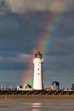 Stangen-Felsen-Leuchtturm mit einem Regenbogen lizenzfreies stockbild