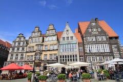 Stangen und Cafés an alter Stadt Bremens Lizenzfreies Stockfoto