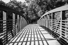 Stangen und Streifen des Sonnenlichts über einer Brücke Lizenzfreies Stockfoto