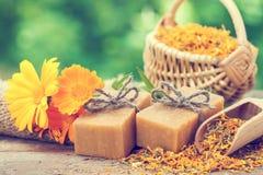 Stangen von selbst gemachten Seifen und von Calendulablumen Lizenzfreie Stockfotografie