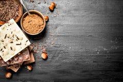 Stangen von verschiedenen Arten der Schokolade mit Kakaopulver Lizenzfreie Stockfotografie