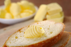 Stangenbrot mit Butter Stockfotos