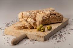 Stangenbrot mit Oliven und Mohn lizenzfreie stockbilder