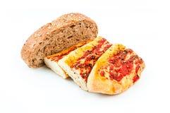 Stangenbrot und Brot auf weißem Hintergrund lizenzfreie stockbilder